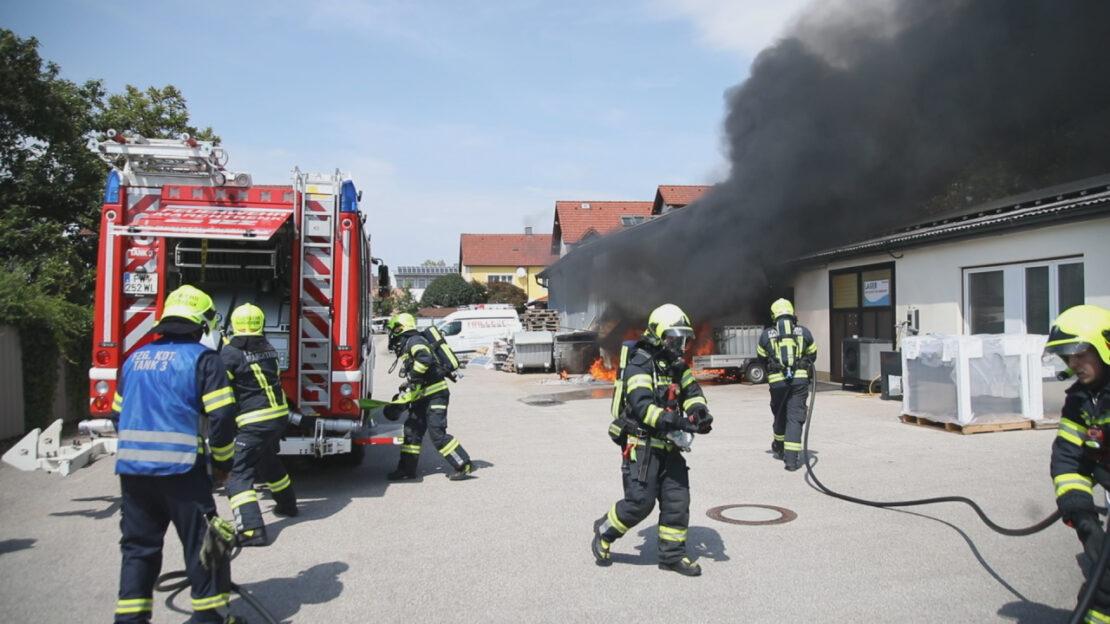 Brand mehrerer Abfallcontainer auf Firmengelände in Marchtrenk
