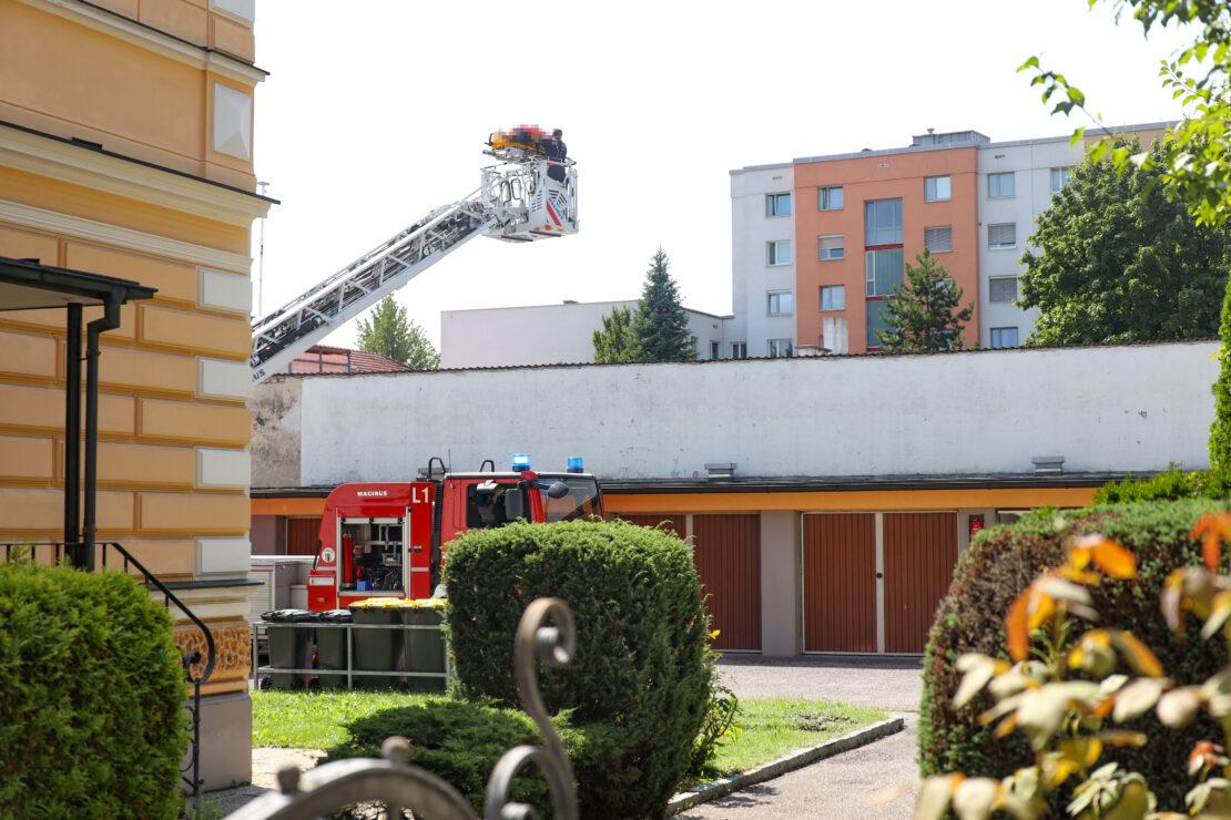 euerwehr unterstützte Rettung und Notärztin bei Abtransport einer gestürzten Frau in Wels-Neustadt