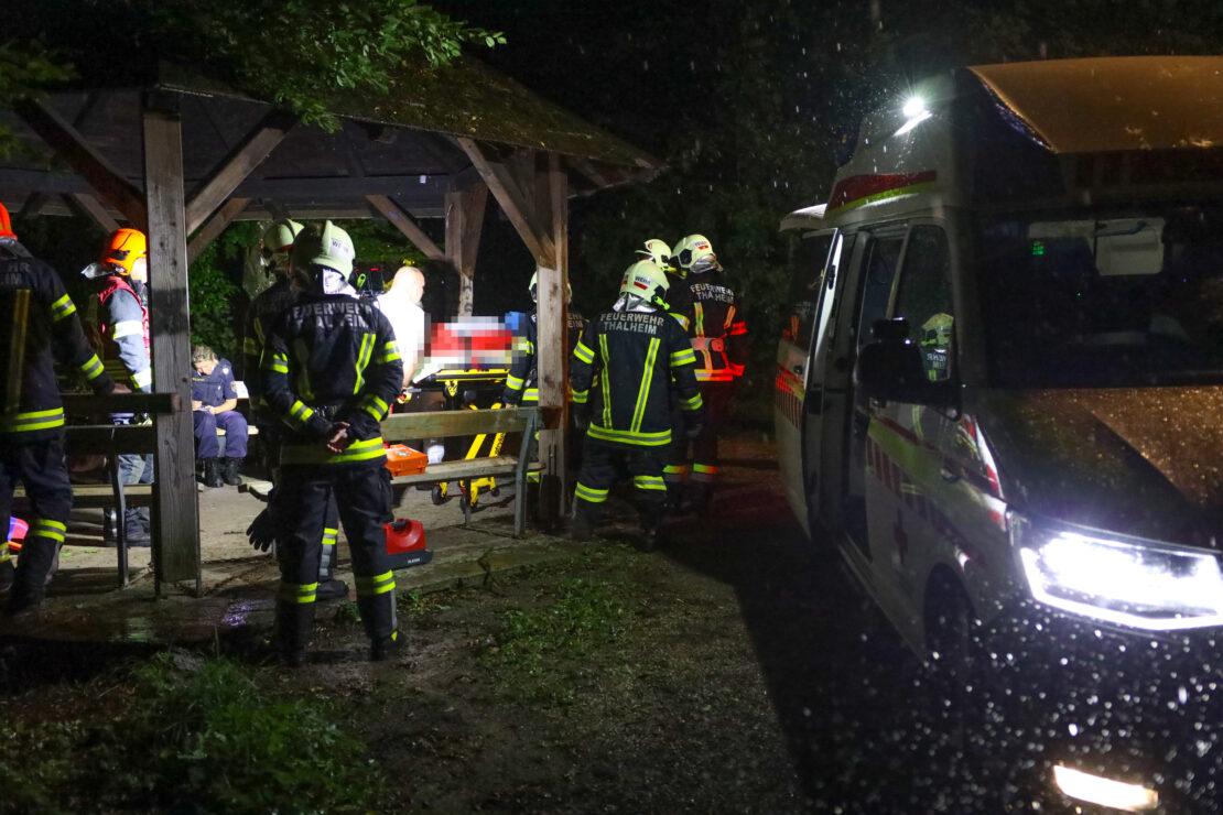 Rettung einer verletzten Person am Reinberg in Thalheim bei Wels während heftigem Gewitter