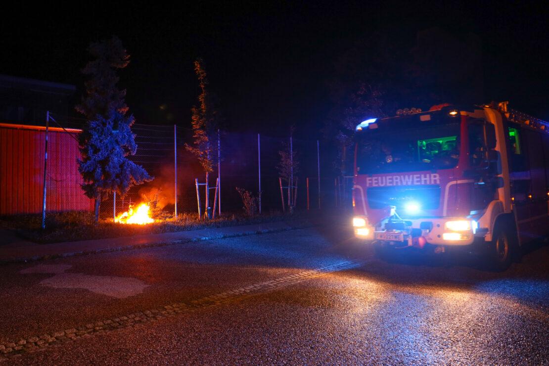 Feuerwehr bei Brand eines Müllgroßbehälters in Wels-Neustadt im Einsatz