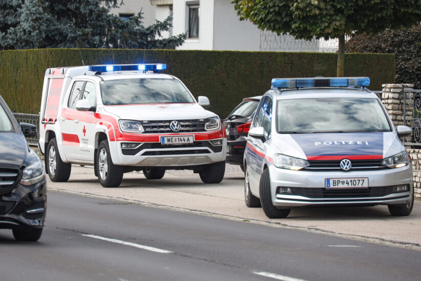 Personenrettung: Person in Sattledt zwischen Hausmauer und PKW eingeklemmt