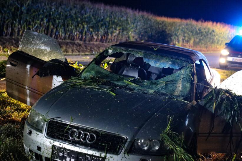Verkehrsunfall in Bad Wimsbach-Neydharting endet nach Schneise durch Maisfeld im angrenzenden Feld