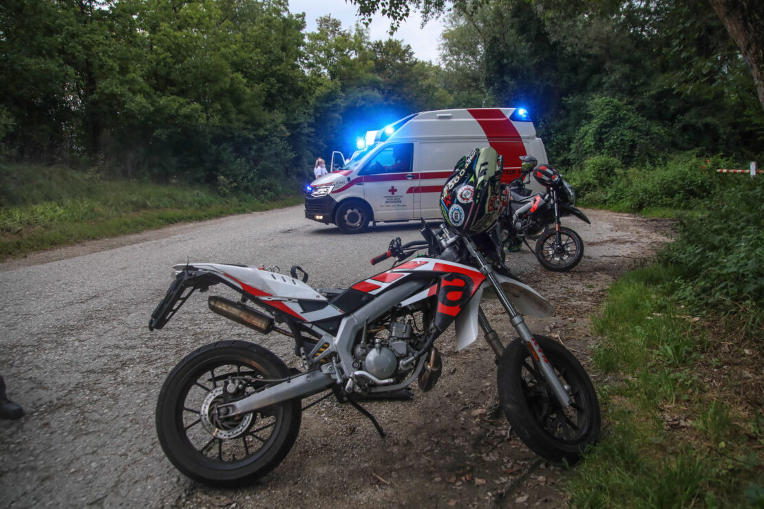 Verkehrsunfall mit zwei Mopeds und junger Fußgängerin in Weißkirchen an der Traun