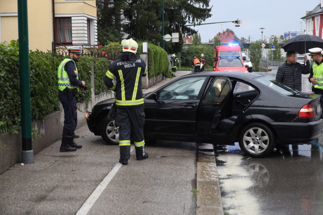 Verkehrsunfall mit mutmaßlich gestohlenem Auto in Wels-Vogelweide