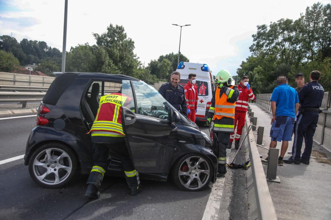 Auto bei Unfall auf Traunbrücke der Pyhrnpass Straße zwischen Thalheim bei Wels und Wels umgekippt
