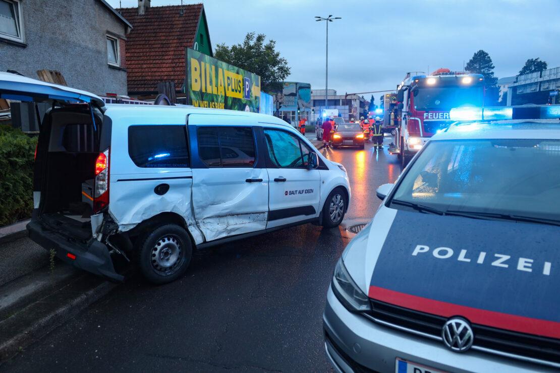 Schwerer Kreuzungscrash zwischen Auto und Kleintransporter in Wels-Pernau