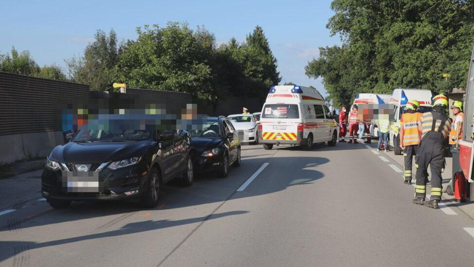 Serienauffahrunfall im Abendverkehr mit zehn beteiligten Fahrzeugen bei Gunskirchen