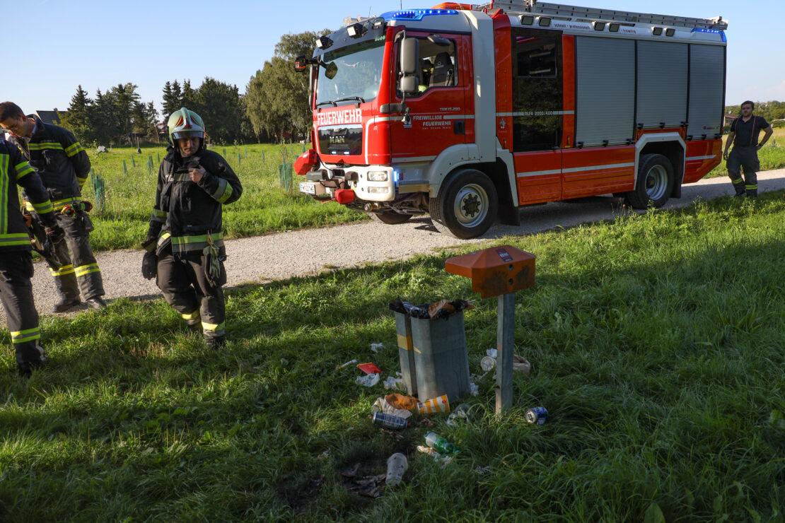 Feuerwehr und Polizei bei Kleinbrand entlang eines Fußweges in Wels-Vogelweide im Einsatz