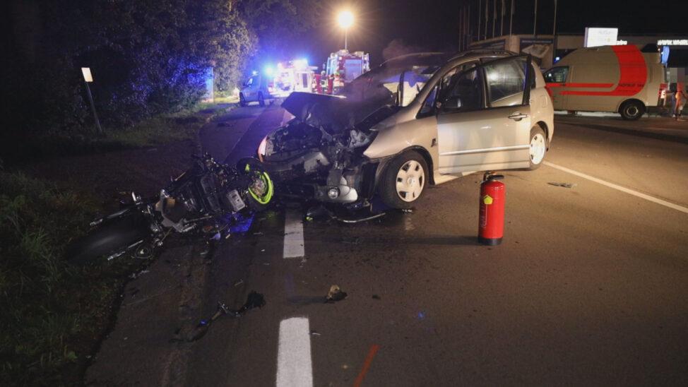Schwerverletzter bei Kollision zwischen Auto und Motorrad auf Wiener Straße bei Gunskirchen