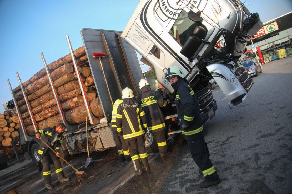 Feuerwehr bei kleinerem Brand an Holztransporter in Sattledt im Einsatz