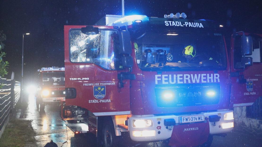 Brand einer Gartenhütte samt angrenzender Hecke drohte auf Wohnhaus in Stadl-Paura überzugreifen