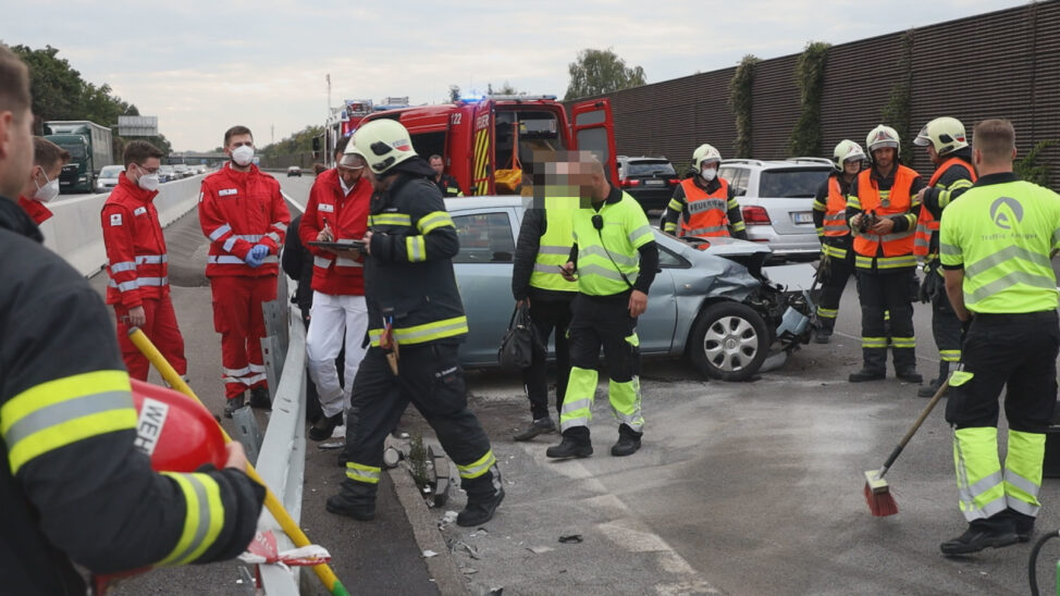 Auto auf Welser Autobahn bei Wels-Puchberg gegen Leitschiene gekracht