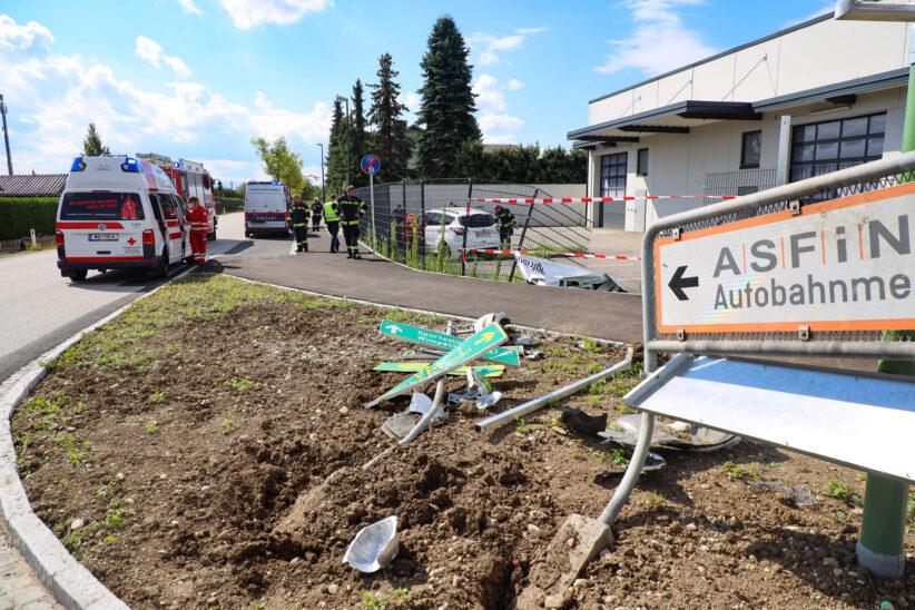 Auto bei Verkehrsunfall in Wels-Vogelweide gegen Verkehrsschilder und durch Zaun gekracht