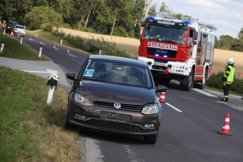 Kreuzungskollision zwischen zwei PKW in Buchkirchen endet glimpflich