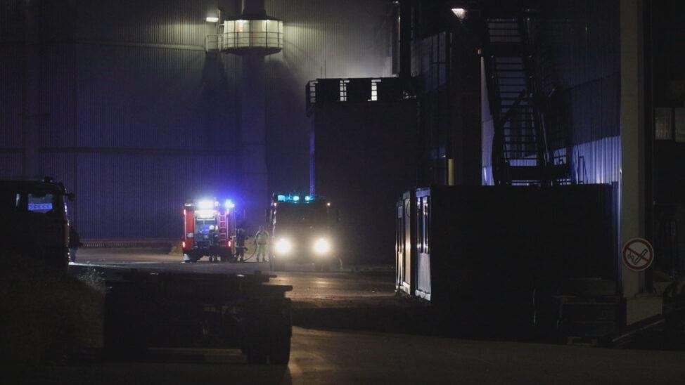 Brand bei Abfallverwertungsunternehmen in Wels-Schafwiesen sorgt für Einsatz der Feuerwehren