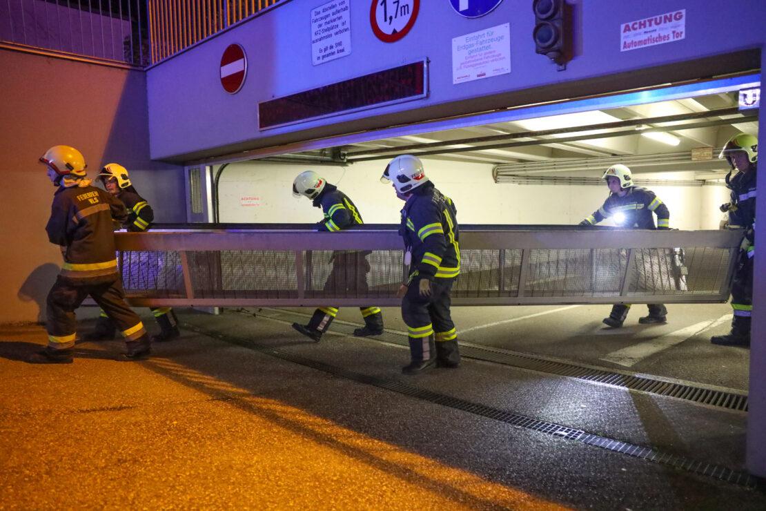 Einfahrtstor einer Tiefgarage in Wels-Neustadt musste nach Unfall durch Feuerwehr demontiert werden
