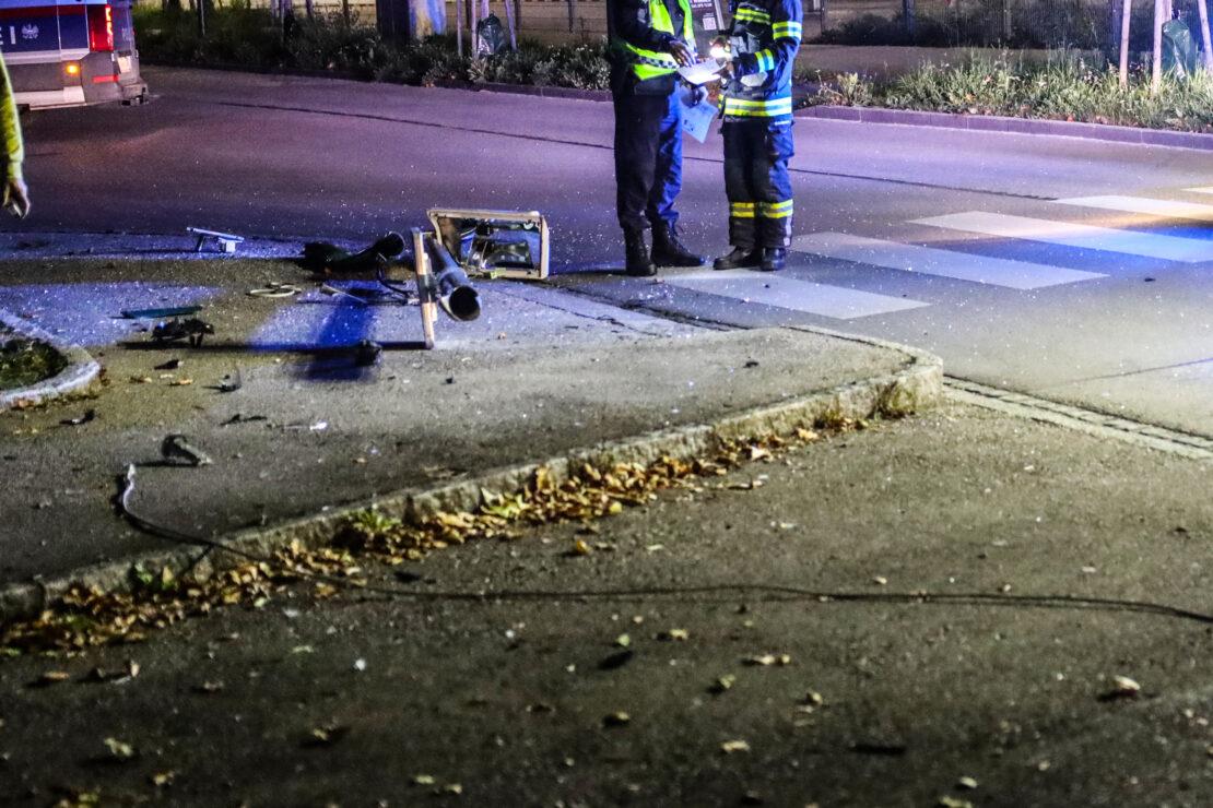Fahrzeug crasht in Wels-Neustadt gegen Beleuchtung eines Schutzweges