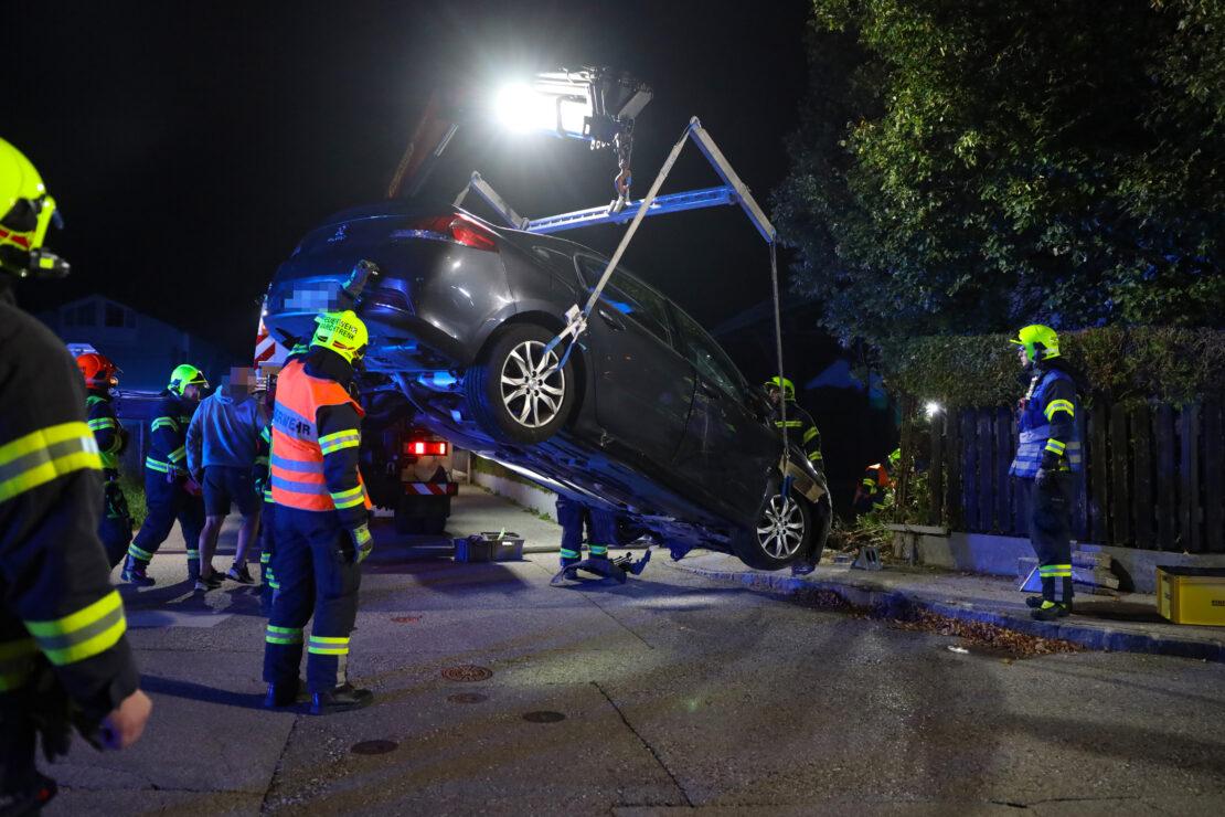 Auto kracht bei Unfall in Marchtrenk durch Gartenzaun eines Einfamilienhauses