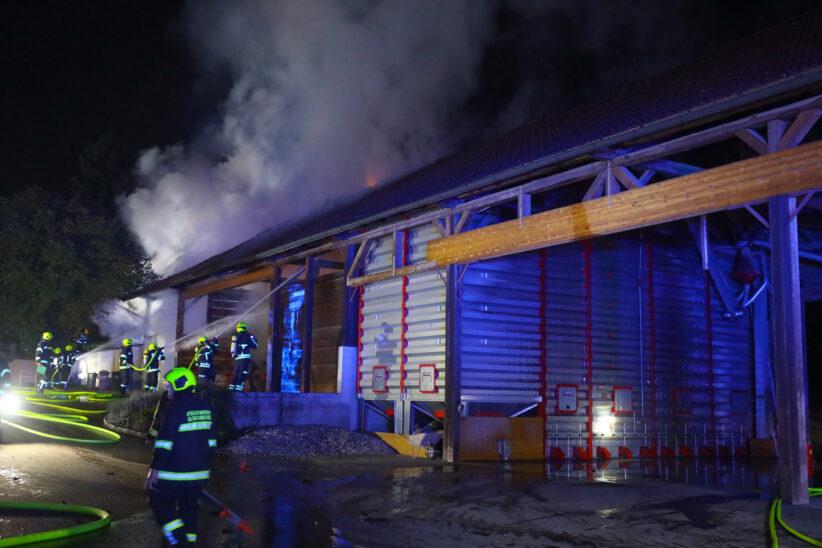 Neun Feuerwehren bei Brand einer landwirtschaftlichen Maschinenhalle in Pennewang im Einsatz