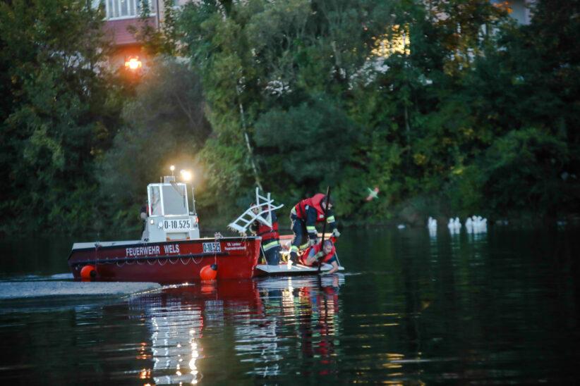 """Klappstühle """"gefischt"""": Bootseinsatz der Feuerwehr in der Traun zwischen Thalheim bei Wels und Wels"""