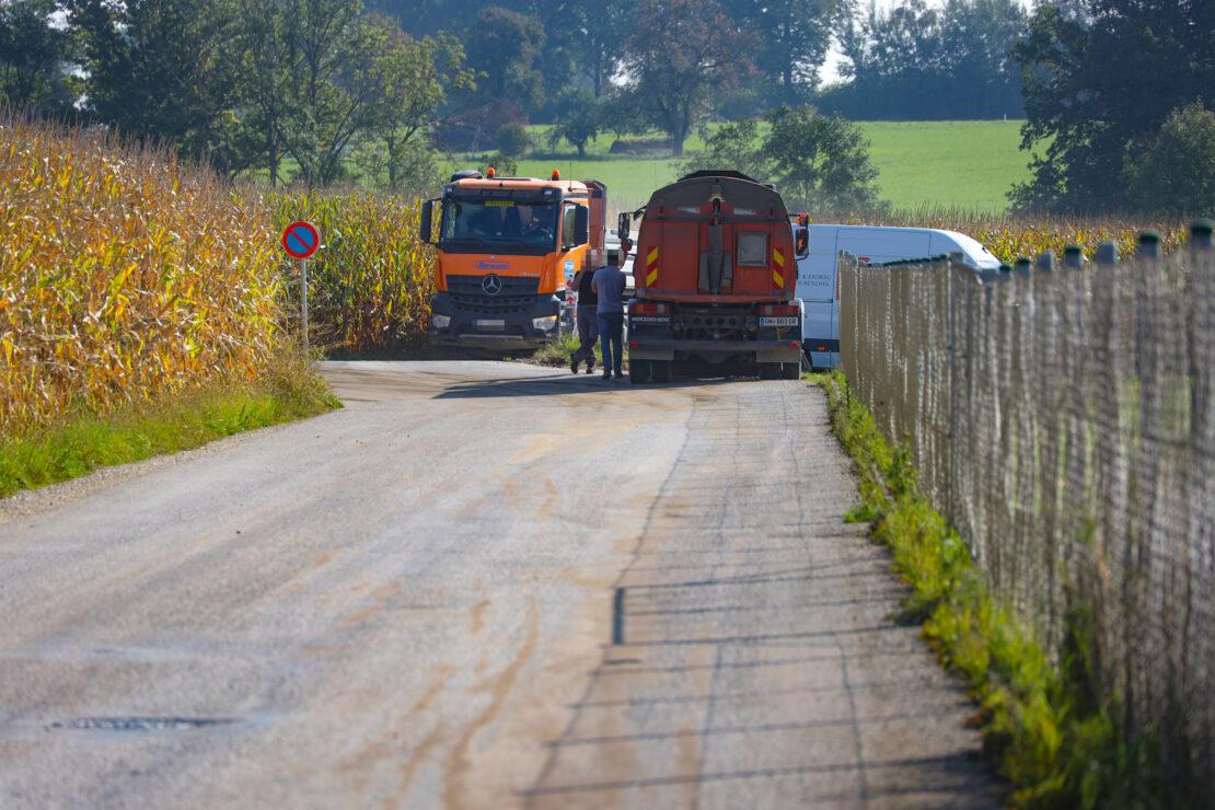 Größere Menge Diesel aus beschädigtem LKW-Tank in Sattledt ausgetreten
