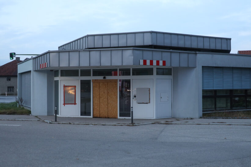 Nachkontrolle nach Kleinbrand im Gebäude einer aufgelassenen Bankfiliale in Wels-Vogelweide