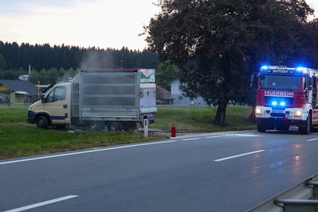 Brand im Laderaum eines Klein-LKW auf Pyhrnpass Straße bei Sattledt