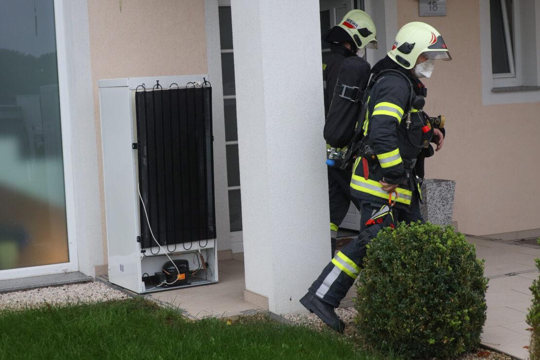 Kühlmittelaustritt aus defektem Kühlschrank führt zu Einsatz der Feuerwehr in Wels-Puchberg