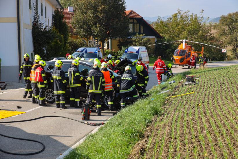 Sechs teils Schwerverletzte bei Frontalcrash nach Anprall an Hausmauer in Bachmanning