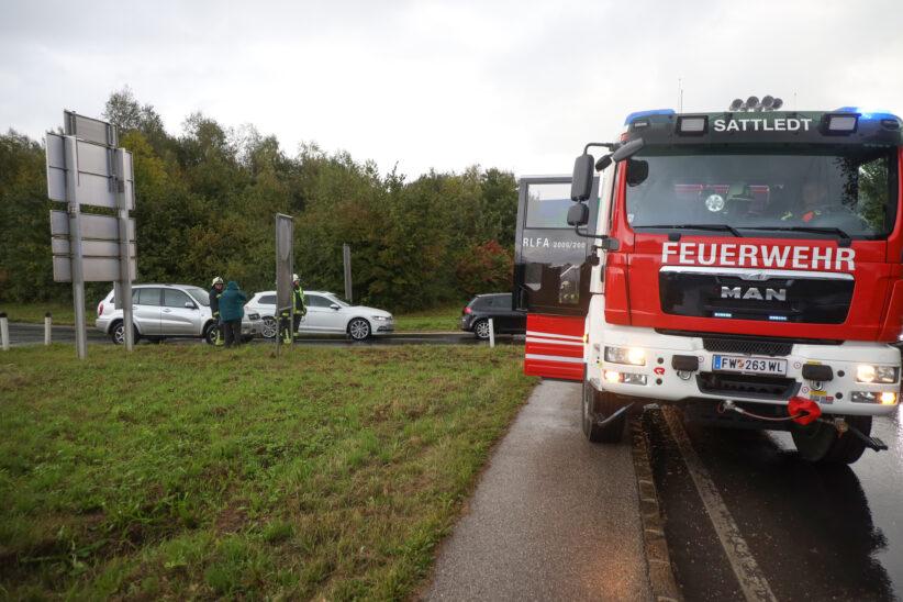 Rauchendes Auto durch technischen Defekt sorgt für Einsatz der Feuerwehr in Sattledt