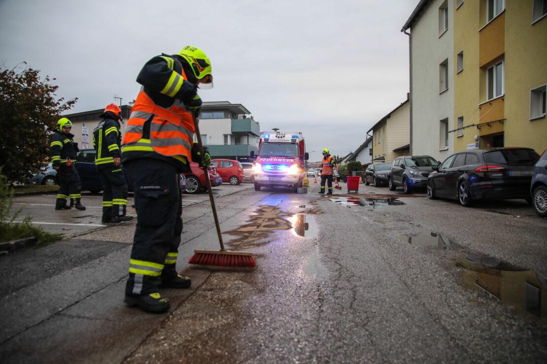 Ölbindearbeiten in einer Siedlungsstraße in Marchtrenk