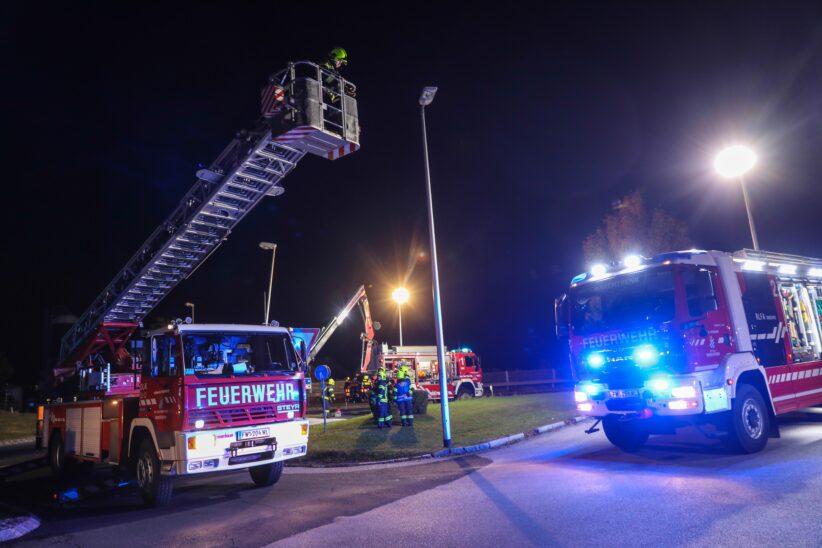Marchtrenk: Feuerwehr entfernt nach Verkehrsunfall beschädigte Straßenlaterne