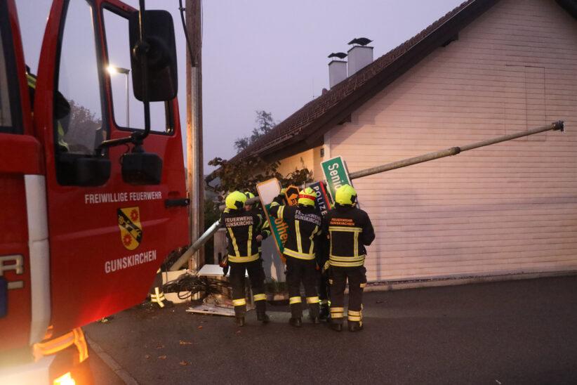 Verteilerkasten und Straßenlaterne bei Verkehrsunfall in Gunskirchen beschädigt