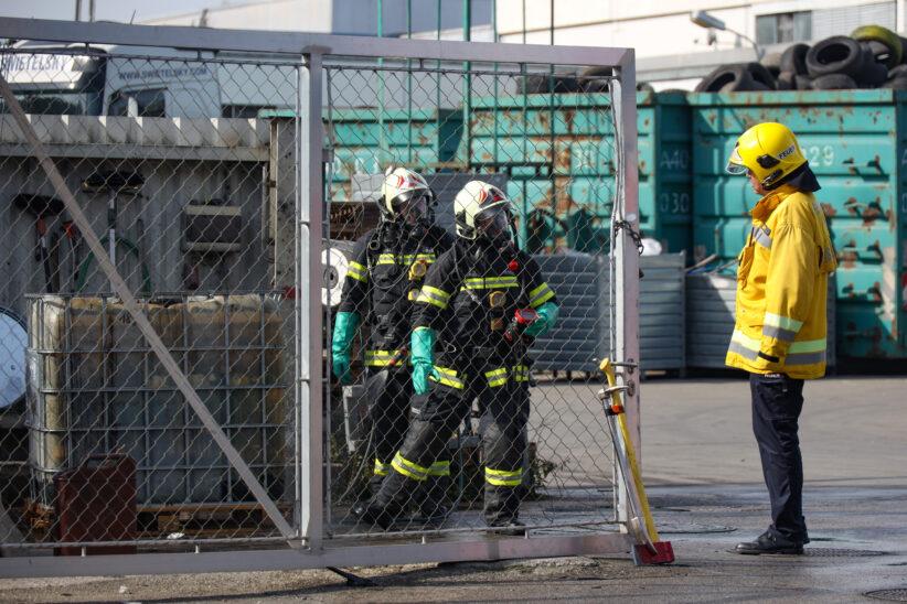 Chemische Reaktion bei Abfallverwertungsunternehmen in Wels-Pernau sorgt für Einsatz der Feuerwehr