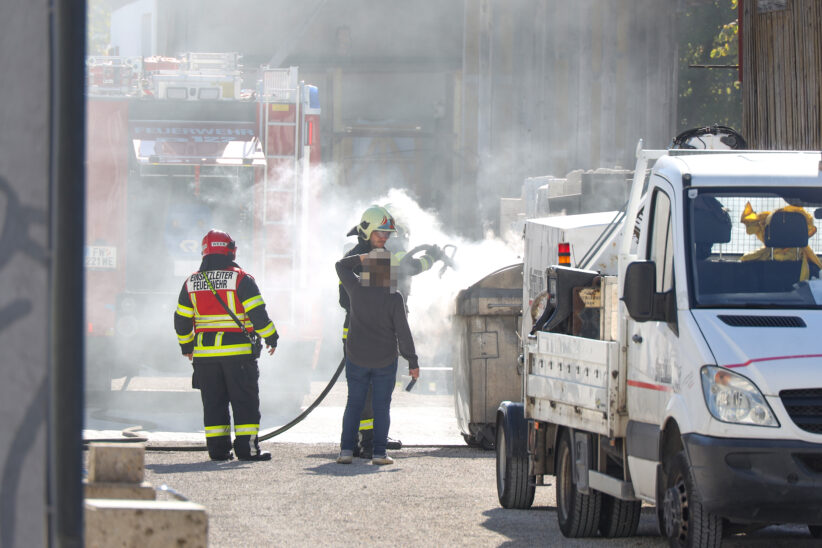 Brand eines Abfallcontainers auf Firmengelände in Wels-Neustadt