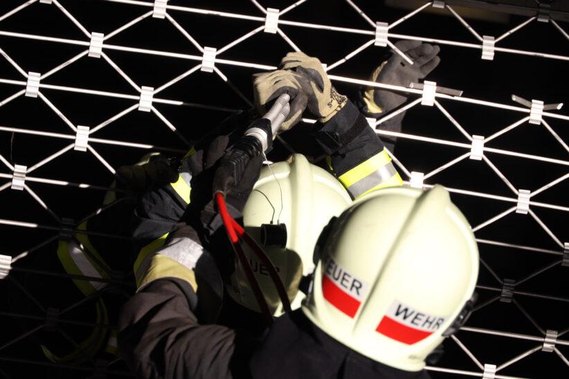 Einfahrtstor einer Tiefgarage in Wels-Innenstadt musste durch Feuerwehr demontiert werden
