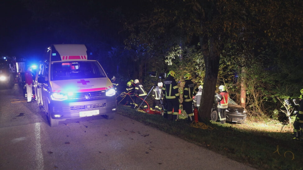 Auto bei Eberstalzell gegen Baum gekracht - Feuerwehr befreit eingeklemmten Lenker