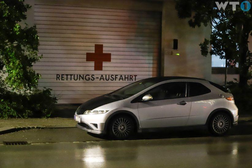 Rettungsausfahrt des Roten Kreuzes in Wels-Neustadt durch Auto verparkt
