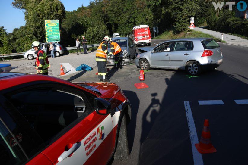Verkehrsunfall zwischen zwei PKW in einem Kreuzungsbereich in Thalheim bei Wels