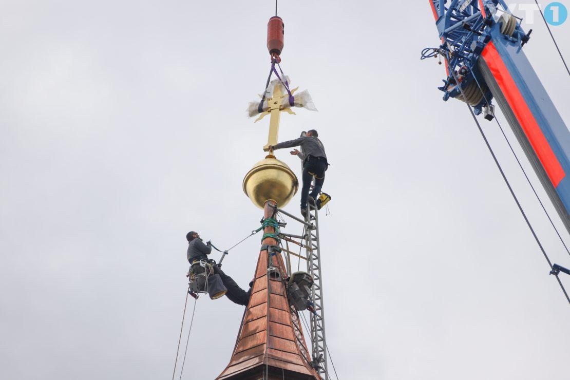 Spektakuläre Turmkreuzsteckung am sanierten Kirchturm der Stadtpfarre in Wels-Innenstadt
