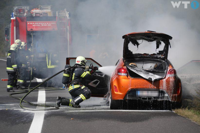 Auto auf der Innkreisautobahn in Wels-Oberthan in Flammen aufgegangen