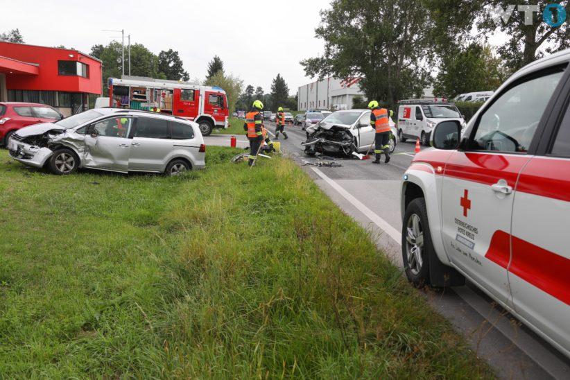 Drei Verletzte bei Verkehrsunfall zwischen zwei Autos in Thalheim bei Wels