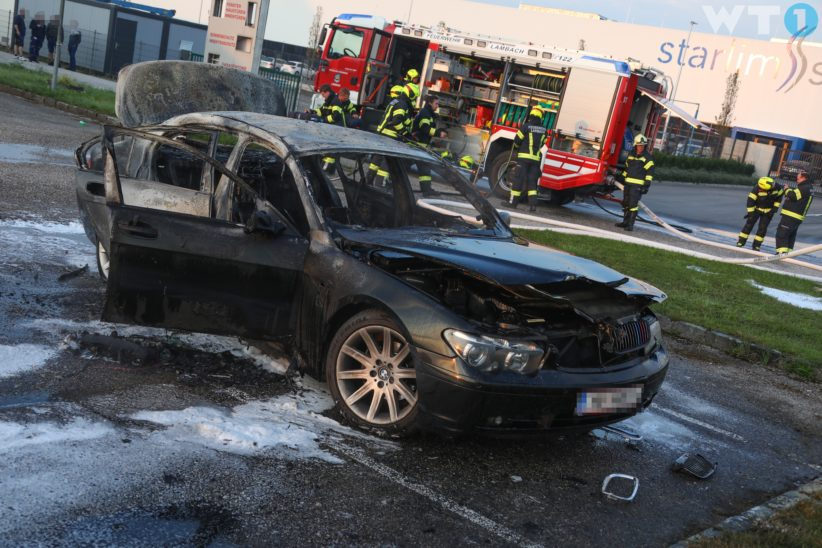 Auto auf Parkplatz in Lambach in Vollbrand