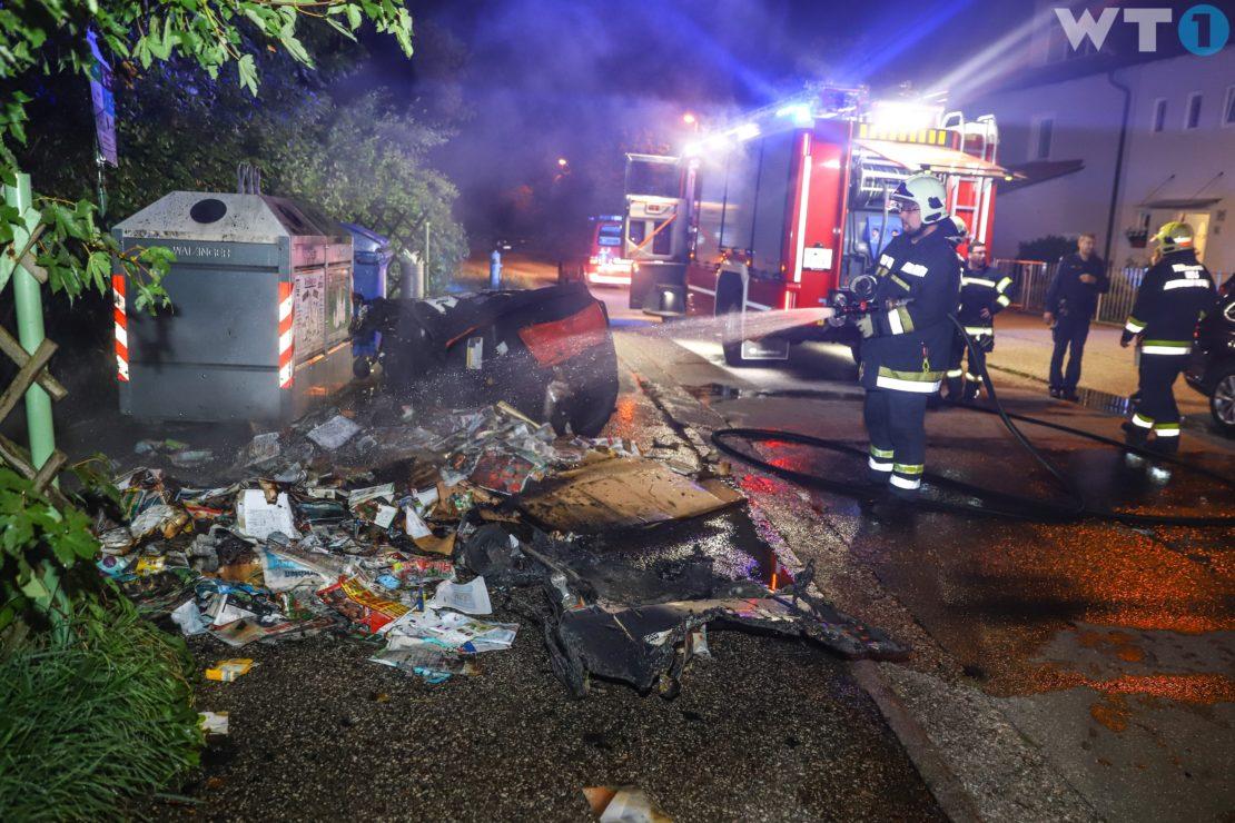 Feuerwehr bei Brand zweier Papiercontainer in Wels-Lichtenegg im Einsatz