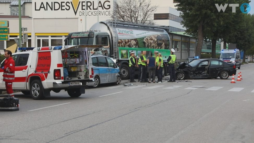 Vier Verletzte bei schwerem Verkehrsunfall zwischen zwei Autos und einem LKW in Wels-Pernau