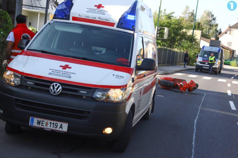 Kollision zwischen PKW und Motorroller in Wels-Pernau fordert einen Verletzten