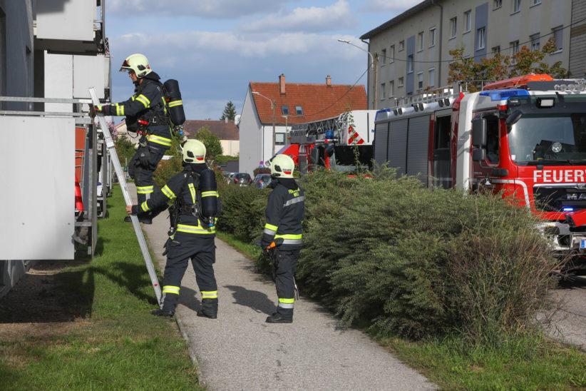Rauchentwicklung durch glosende Fußmatte in einem Wohnhaus in Wels-Lichtenegg
