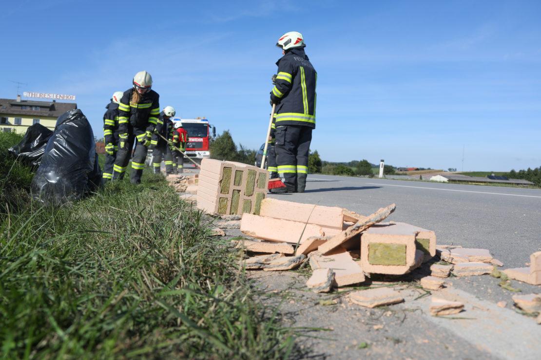 LKW verlor Ziegelsteine mit integrierter Wärmedämmung auf Innviertler Straße bei Krenglbach