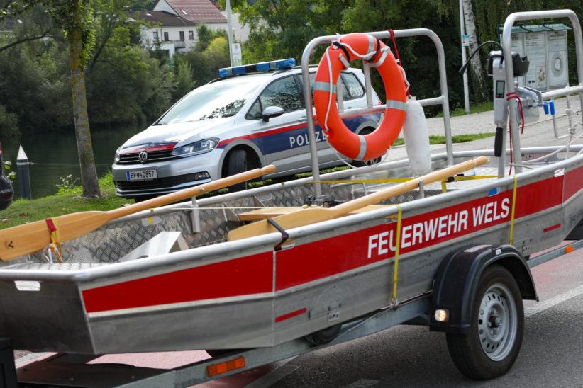Einsatz von Feuerwehr und Polizei nach Fund einer Leiche in der Traun in Wels-Pernau