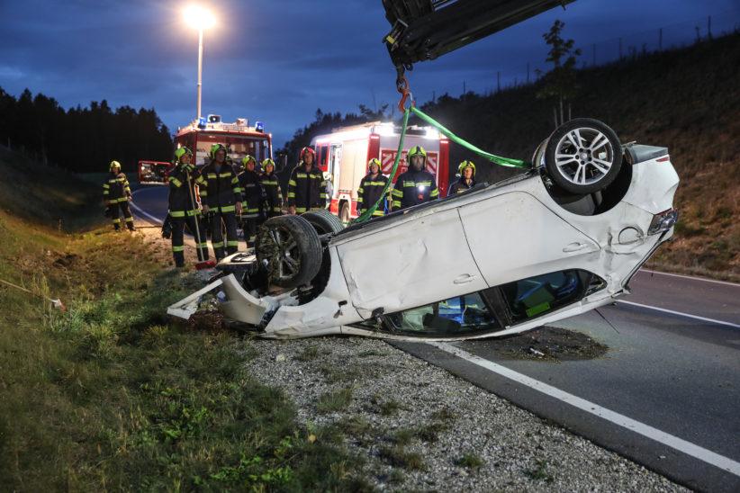 """Auto auf Wiener Straße im Bereich der """"Umfahrung Lambach"""" in Edt bei Lambach überschlagen"""